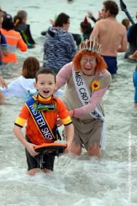 Un des plus jeunes baigneurs, avec l'une des plus anciennes... moment de partage inter-générationnel avec le sourire!  (Otaries de Rhuys 2017)